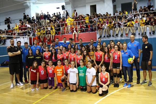 Arkas Spor iki okulda gençlerle bir araya geldi https://www.voleybolaktuel.com/arkas-spor-iki-okulda-genclerle-bir-araya-geldi… @arkas_spor @IsikkentEKpic.twitter.com/LM3m9gwGqb