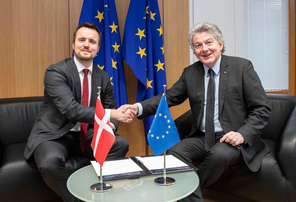 Erhvervsminister @SimonKollerup underskrev i går EuroQCI-erklæringen med ambitionen om at udvikle europæisk infrastruktur til kvantekommunikation til ekstremt sikker kommunikation i #EU⛓🇪🇺🤝  Læs mere her👉  #cybersecurity #eudk #dkpol #COMPET