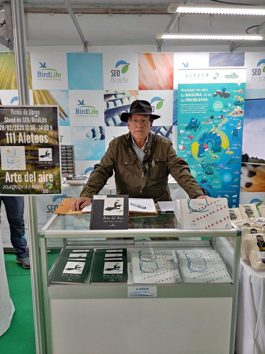 Firma de libros 111 Alateos y Arte del Aire por parte de @joaquinaraujo en el stand de @SEO_BirdLife en la #fio2020 @birdextremadurapic.twitter.com/aGFt2t3Srn