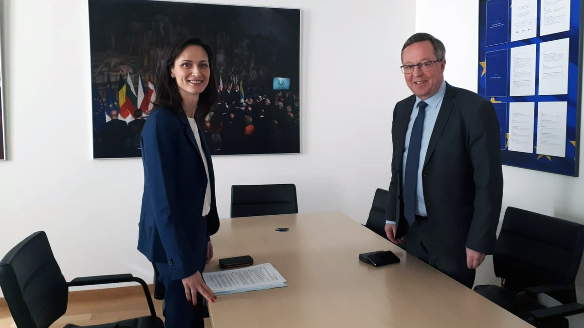 Minister @MikaLintila met the Commissioner responsible for Innovation, Research, Culture, Education and Youth @GabrielMariya. 🇫🇮 🇪🇺  Topics:   🔸 The next research and innovation framework programme #HorizonEurope   🔸 Digitalisation 🔸 Innovations  #COMPET #FinlandEU