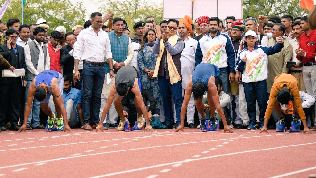चूरू, राजस्थान में अंतर्राष्ट्रीय स्तर के सिंथेटिक एथलेटिक्स ट्रैक का उद्घाटन किया। खेल प्रतिभाओं को प्रोत्साहन देने के लिए @kheloindia योजना के अंतर्गत इस ट्रैक का निर्माण किया गया है। प्रदेश अध्यक्ष @SatishPooniaBJP जी, चूरू के सांसद @RahulKaswanMP और कई सम्मानित लोग मौजूद थे।