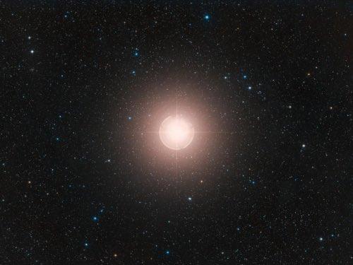 【残念】オリオン座のベテルギウスに再び明るく、超新星爆発はまだ先か昨年10月から急激に暗くなり超新星爆発が危惧されていたベテルギウスが、以前の明るさを取り戻しつつあることが判明。天文学者たちは超新星爆発を目撃する機会を逃したことを残念がってもいるという。