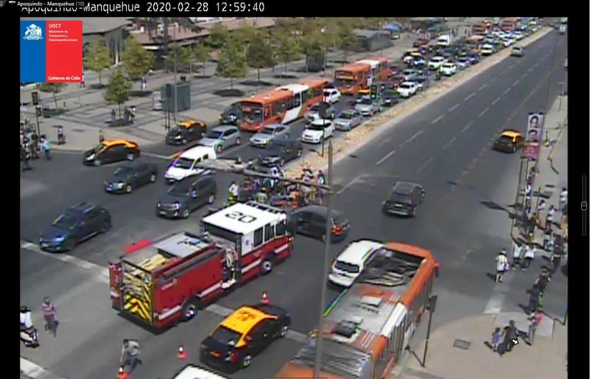 RT @TTISantiago Ahora (13:03) Colisión auto - moto en Manquehue/Apoquindo. Procedimiento de Bomberos ocupa una pista por Apoquindo. Precaución #LasCondes