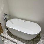 𝗪𝗮𝘁𝗲𝗿schade op de 𝗭𝗲𝗲burgerdijk.  Na het herstellen van de waterschade in de souterrain van de woning, heeft Mainstaete Vastgoedservice een compleet nieuwe luxe badkamer geplaatst. Wanden, voorzetwanden en plafonds zijn vervangen, inclusief stuc- en schilderwerk.