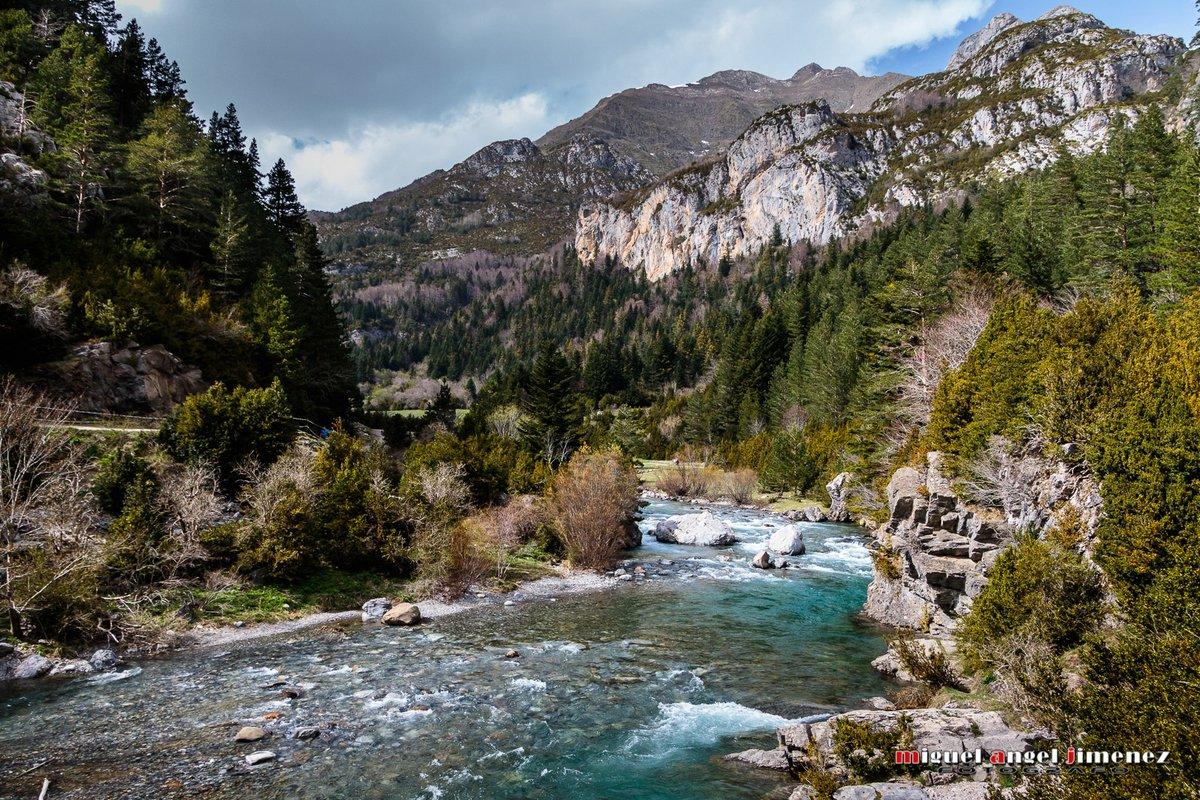 Rio Ara recorriendo el valle de Bujaruelo, Huesca.  #rioara #bujaruelo #valledebujaruelo #whitewater #pirineos #pirineoaragones #aragon #huesca #inpirineos #ordesa #sobrarbe #ordesaymonteperdido  #españa #pyrenees  #naturaleza #picoftheday #senderismo #lospirineos #photooftheday