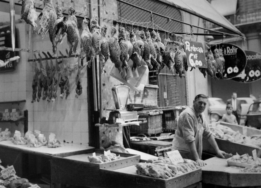 """Naguère parée de toutes les vertus, la viande est aujourd'hui l'objet d'une """"stigmatisation diffuse"""". Pourtant, le boucher jusqu'au milieu du 20e siècle était un véritable notable. Il possédait les prés, les bêtes et nourrissait les gens avec """"l'or rouge"""" https://www.franceculture.fr/emissions/le-cours-de-lhistoire/il-faut-nourrir-le-peuple-44-quils-mangent-de-la-bidoche?utm_medium=Social&utm_source=Twitter#Echobox=1582793020…"""