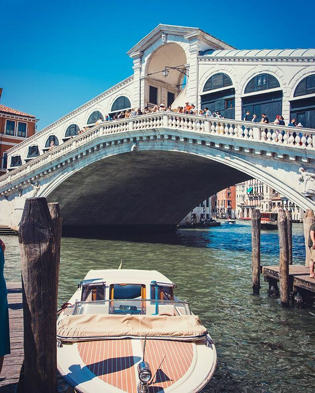 Take me back to Venice. The most beautiful city in the world! @lizknight5 and I will definitely be back soon enough for sure!  #venice #italy #canal #rialtobridge #canon #canonuser #canoneosrp @canonuk @canonusa #photography #photographer #hobby #photogr… https://ift.tt/2TagRmBpic.twitter.com/eptf7M98IF