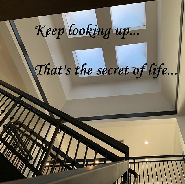 Quote Of The Day!! 😊🙌☀️ . . . . . . . . . . . .  #quoteoftheday #Friday #happyfriday #nofilter #secret #life #behappy #lookup #sunrise #sky #blue #lights