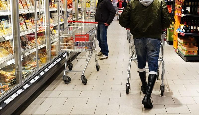 Ein Skinhead im Supermarkt - Kleider machen Leute (Teil 3) https://www.fesselblog.de/kleider03/pic.twitter.com/z9fKRc1c6O