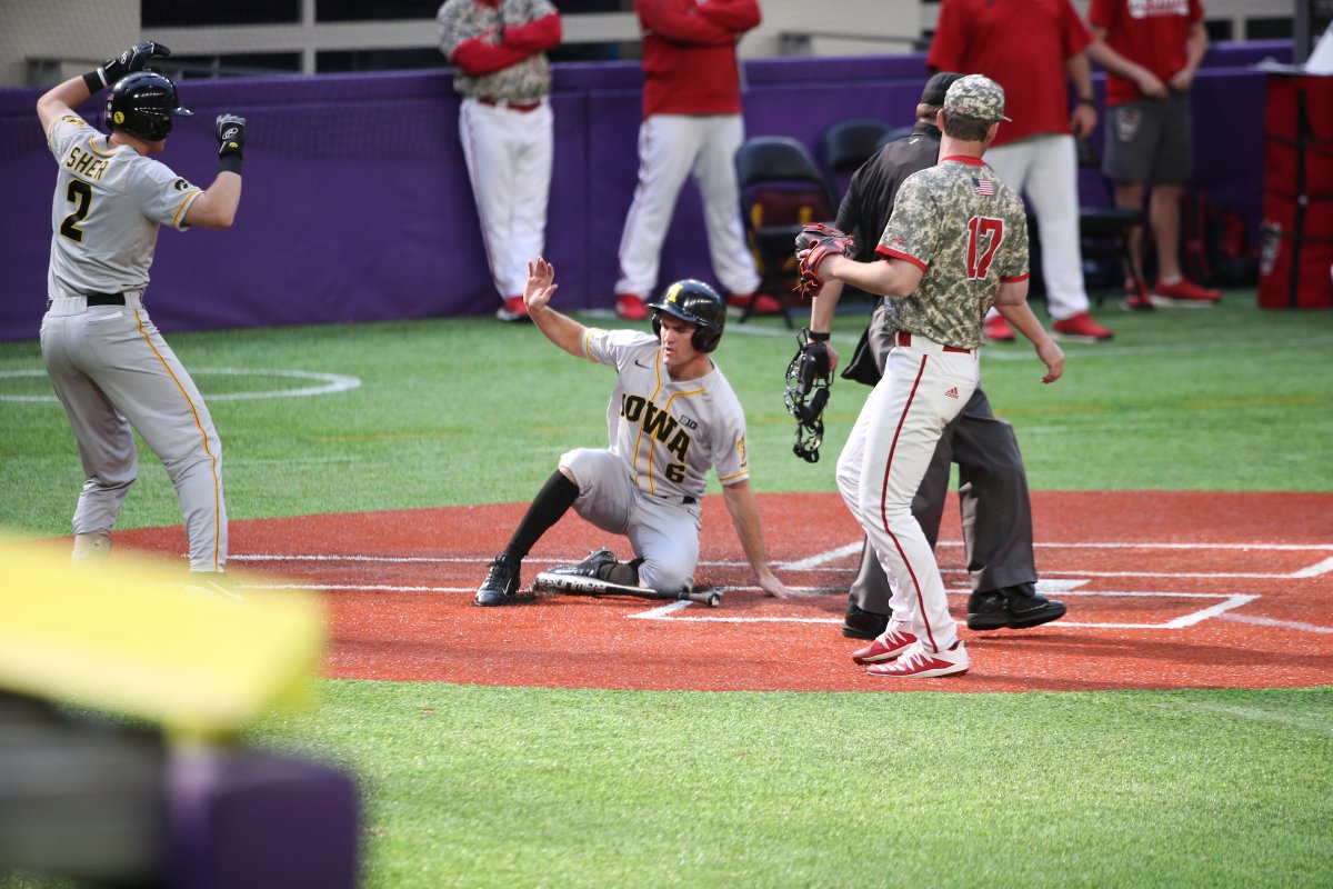 Whole new ball game!  Jenks scores on a Norman single to tie the game at five!  #Hawkeyes | #Hellerball<br>http://pic.twitter.com/knPldZ4NWo