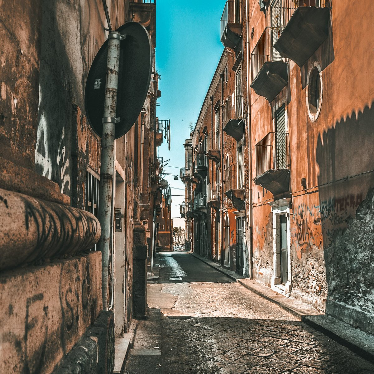 Empty places... 🏢🏗️🚧  #neapol #włochy #fotoinni #pusteulice #lato #summer #street