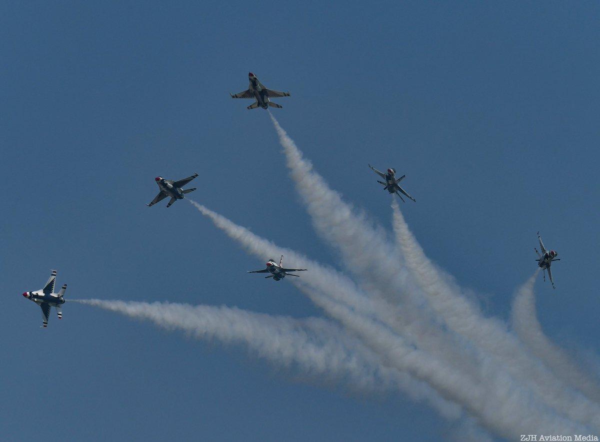 The Thunderbirds Delta Burst. #osh19 #thunderbirds #afthunderbirds #f16 #f16fightingfalcon #f16viper #50inosh #airshow #aviation #aviationphotographypic.twitter.com/JhTAX5NxPS