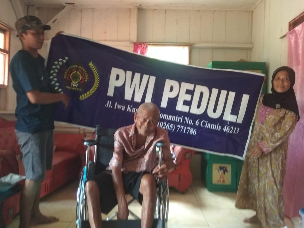 PWI Peduli Serahkan Bantuan Kursi Roda di Rancah - https://fokusjabar.co.id/2020/02/29/pwi-peduli-serahkan-bantuan-kursi-roda-di-rancah/… #News #Berita #Jabar #BeritaJabar #Fokusjabar #jawabarat #viral #info