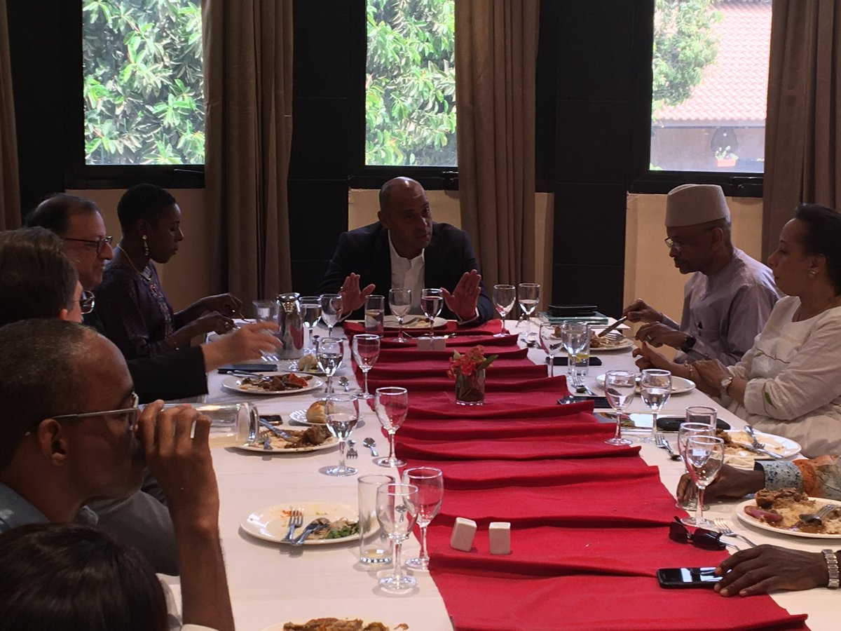 Dejeneur de travail à l'invitation de @MossadeckBally avec le ministre @Thierrytanoh et des femmes et hommes d'affaires maliens. Échanges passionnants sur le développement économique du #Mali @RimaLecoguic @RiouxRemy