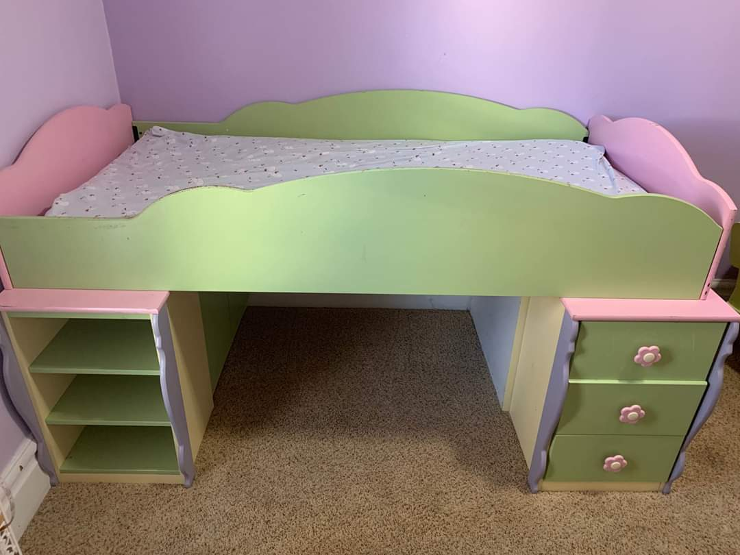 Sometimes I see bed sets meant for kids and my grown ass wants it like someone is selling this set and I'm like? I could use the space underneath for a dog bed for my babies and my books and stuff like ajdjzjsjs pic.twitter.com/tv00sywvpd