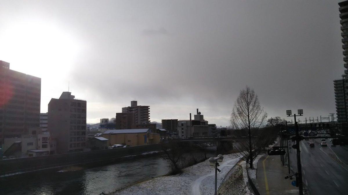 寒いぜ☃️ 盛岡の駅前歩道橋からの景観。 昔は手前のマンションがなくて、北上川と後ろの山々がコラボしてすごい綺麗だったんだけどな。。。  て、ことで目的地の #秋田 へ行くぞー(๑•̀ㅂ•́)و  #盛岡市 #北上川