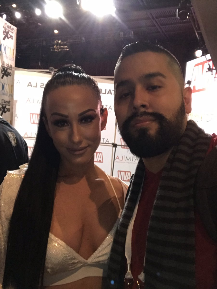 Met @xJenniferWhitex at AVN. She wasn't signing, but still nice enough to stop & take a picture. Classy move from a classy lady. Thanks for the time. #jenniferwhite #avn2019 #awtavn #highspotpodcast #jerseywreckingcrew #thecrew #adventureswithtrendsetter #trendsetter #classy