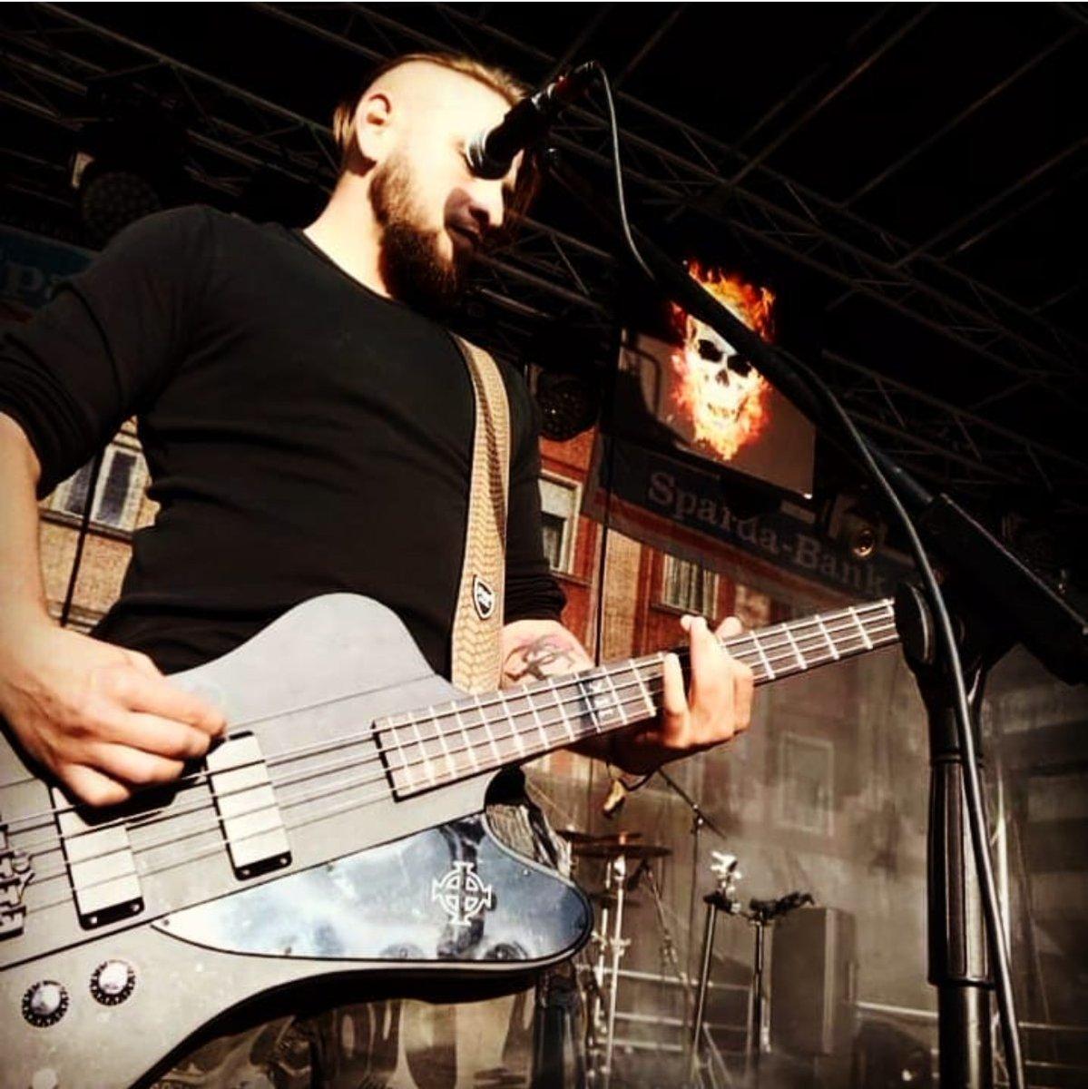 """Ein #Sommertag in #Oberhausen """"Willkommen im Paradies / Wir stecken in der Falle / Wir werden im Feuer sterben / Gott hast uns wirklich alle!""""  #Rock #deutschrock #gothic #metal #ndh #openair #rocknews #metachemie https://www.instagram.com/p/B8rK3VYlW1p/?igshid=1mkqjcls2b5qr…pic.twitter.com/76iRCdZ02a"""