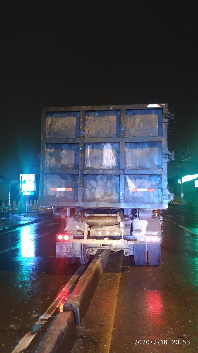 anoche en la vía a Daule, otro camión de Puerto Limpio.. qué les estará pasando? pic.twitter.com/Lsk9J5iqRp