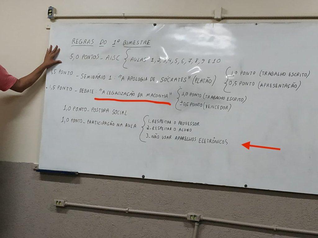 """Em escola pública de Brasília, professor de filosofia do 1º ano do ensino médio planeja fazer debate sobre """"Legalização da Maconha"""" (detalhe: é proibido o uso de aparelhos eletrônicos).O que vc faria se fosse seu filho?"""