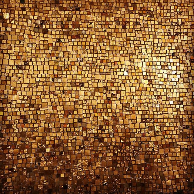 Nobody quite does #glitter like the church #глиттер #золото #блинг #церковь #настене #берлин #onthewall #gold #glitter #bling #takemetochurch #berlinstagram #glitzer #gold #berlin #kreuzberg https://ift.tt/2SUPviPpic.twitter.com/Ym0zgE3Nmn