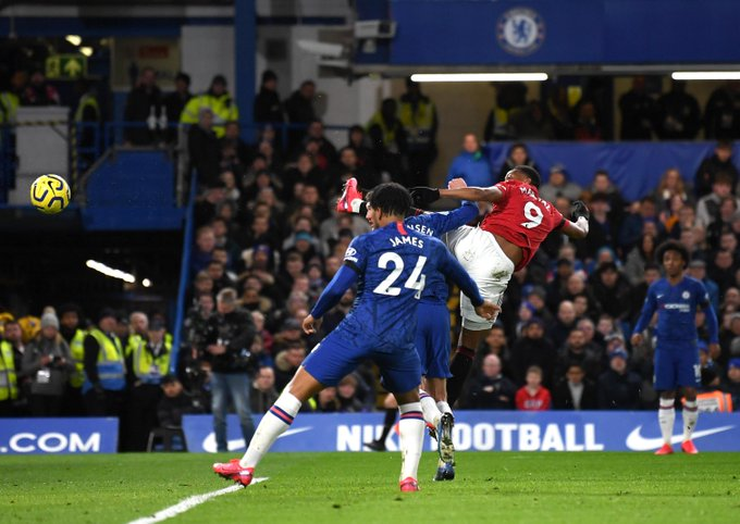 Anthony Martial, memenangi duel udara dengan bek Chelsea, Andreas Christensen untuk mencetak gol pertama dalam laga di Stamford Bridge, Senin (17/2/2020) waktu setempat.