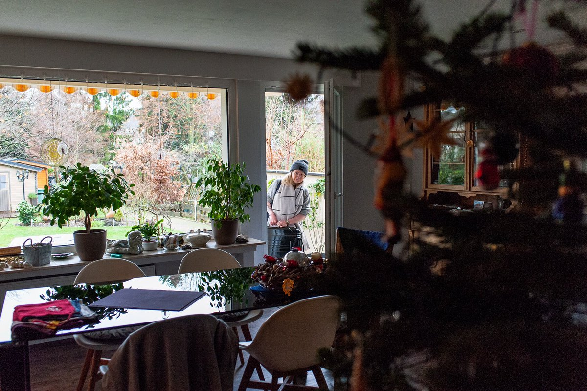 1/11 One week of pictures from a small extra chapter of Family Journeys, documenting my family's Christmas reunion  Ann-Kristin arrives at the family home for the family Christmas reunion (1) and receives a bag from dad (2). Oberhausen, Germany, December 24, 2019  #familypicturespic.twitter.com/3Zl6LQ1sqI