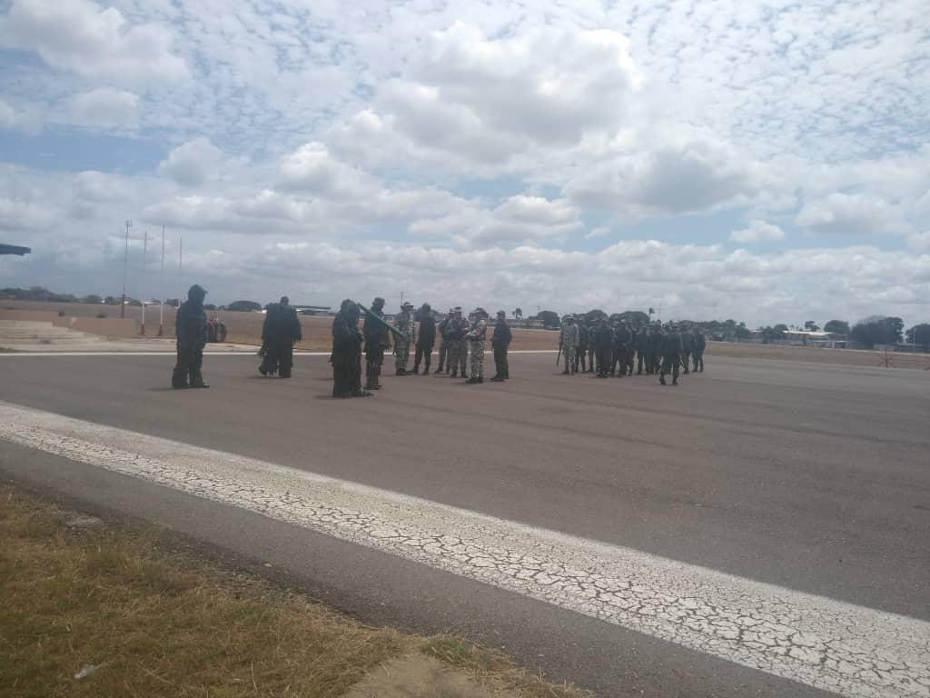 #RT @BAERVenezuela: #SabíasQué | En las instalaciones del Aeropuerto Nacional de Anaco, en el edo. Anzoátegui, se ejecutó el despliegue en unión Cívico-Militar de los ejercicios del Escudo Bolivariano 2020, para la defensa de la Patria #SomosPatriaInexpu…pic.twitter.com/4hSjkRaZ77