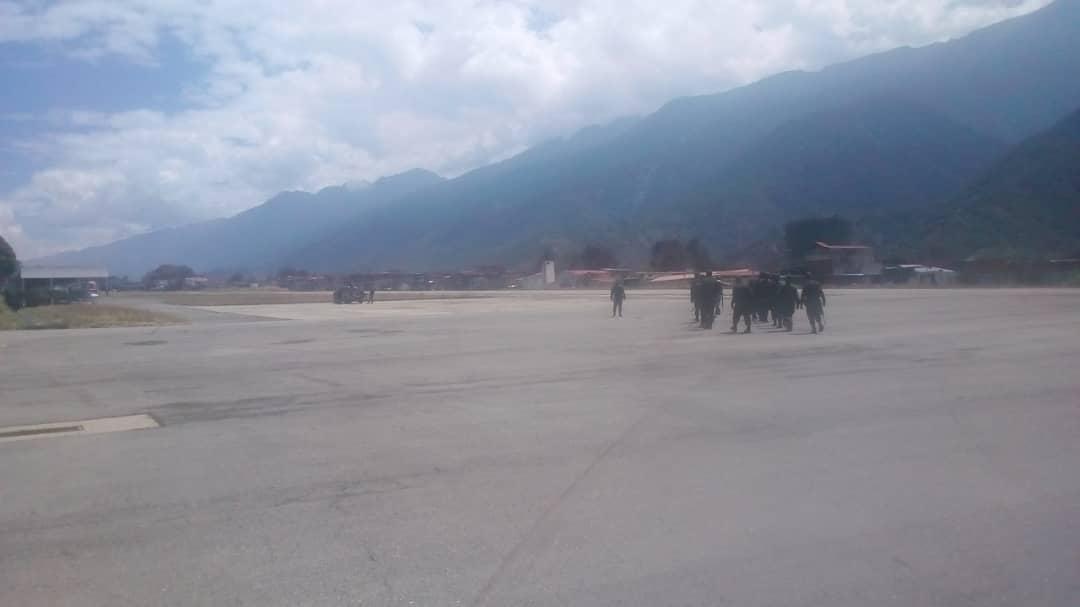 #RT @BAERVenezuela: #SabíasQué | En el Aeropuerto Alberto Carnevalli del edo. Mérida, se ejecutaron los ejercicios militares Escudo Bolivariano 2020, como parte de acciones de respuesta armada ante la intromisión de fuerzas enemigas al país #SomosPatriaI…pic.twitter.com/R4JTsXDL1s