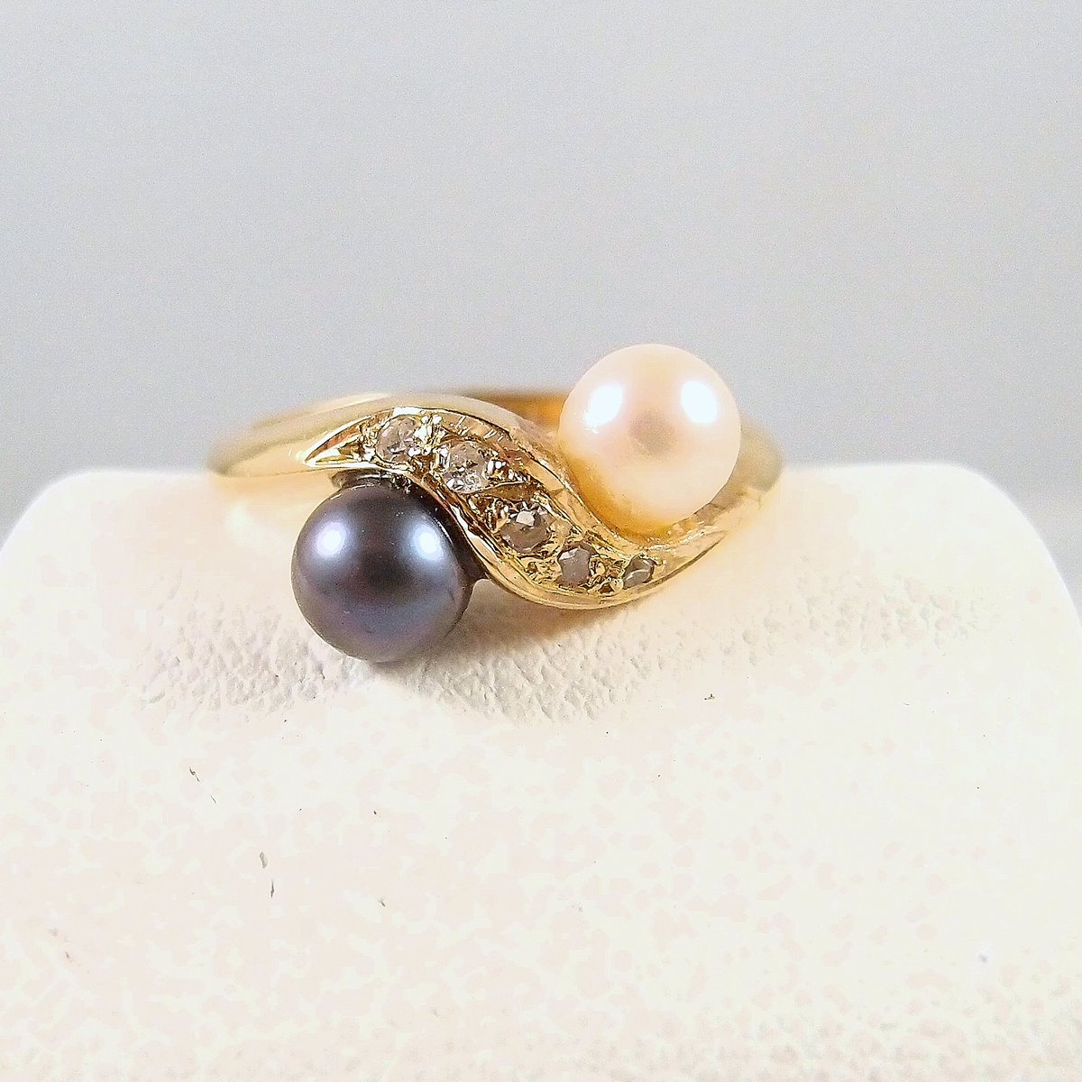 Beautiful crossover natural diamond and pearl ring, stamped 18K French fine gold jewelry, bridal bypass Toi et Moi ring https://midwest-art-objects.com  #pearlsofinstagram pic.twitter.com/CPBheul7nR
