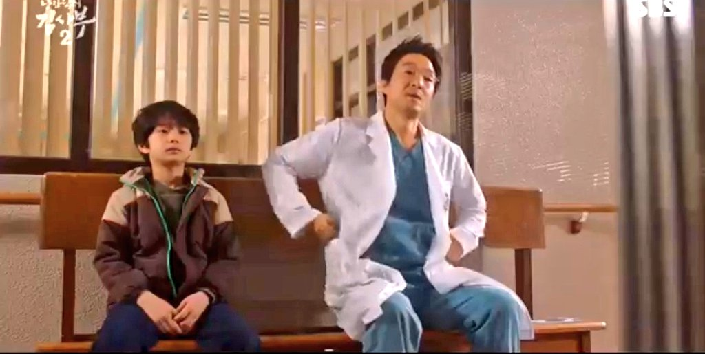 Kiddo being thankfull and relieved for his father surgery, Kim Sabu being proud ahjussi to this kid.  #RomanticDoctorTeacherKim2pic.twitter.com/bA9HVv00ur