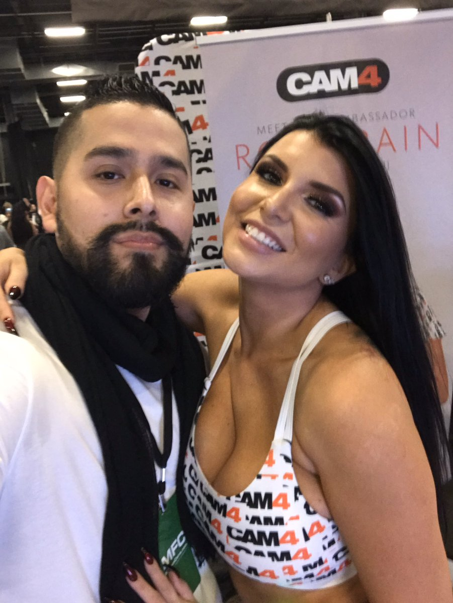 FLASHBACK: Pleasant surprise seeing @romi_rain Always enjoy talking with her for a bit. Thanks for the time & pic. #RomiRain #exxxocticaexpo #highspotpodcast #jerseywreckingcrew #thecrew #trendsetter