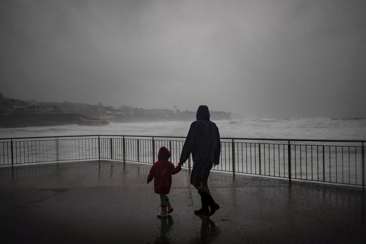 Perfect storm: Humidity and cold front could create wet and windy afternoon   @marywardy smh.com.au/environment/we…