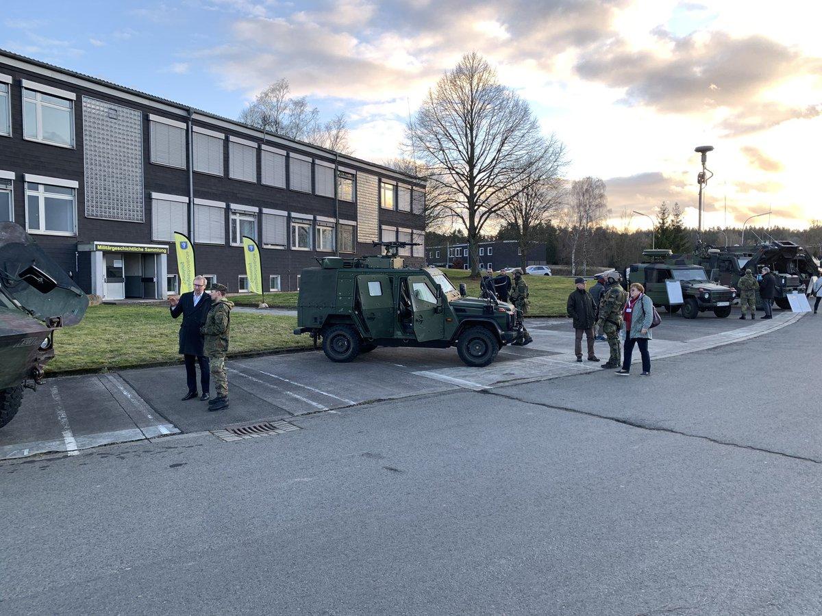 Heute zu Besuch bei der Bundeswehr vor Ort. Das Batallion Elektronische Kampfführung 932 zeigt was es hat - und nicht hat. Beeindruckende Spezialisten mit toller Motivation. Mit technischer Innovation Schritt zu halten ist herausfordernd - aber für unsere Sicherheit unumgänglich. pic.twitter.com/xY8C3kQbbA