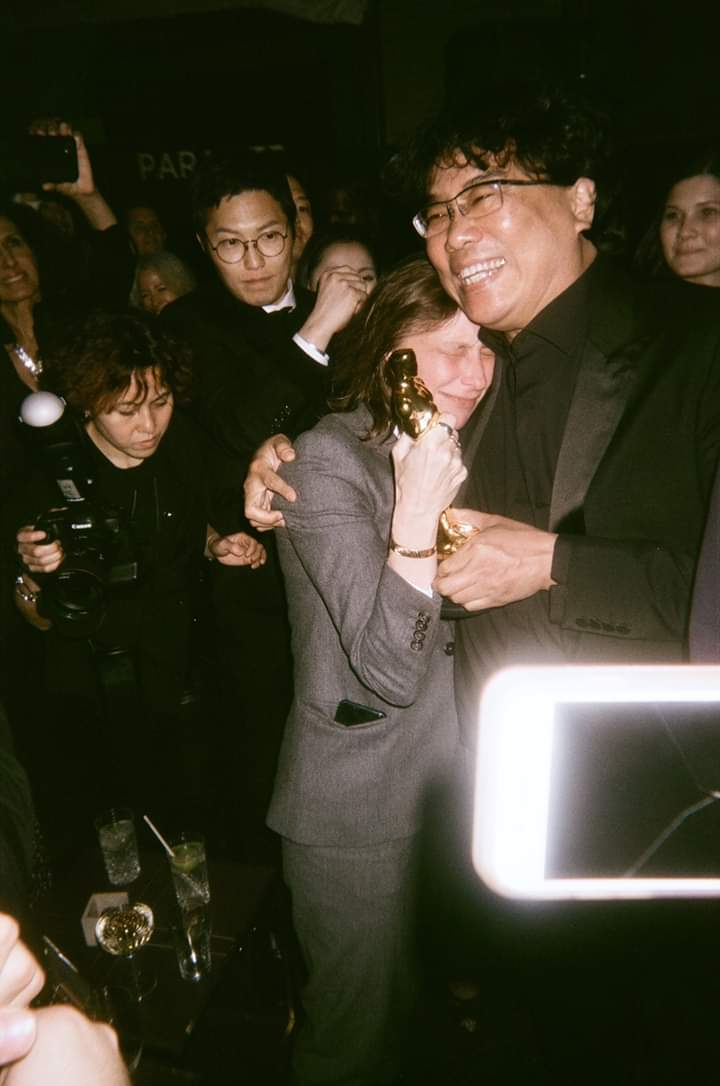 """As he breezed into Soho House, Bong spotted """"Portrait of a Lady on Fire"""" director Celine Sciamma, who was snubbed by the Oscars but came to town for her single Spirit Award nomination. He handed her his Best International Feature statue. """"You should be holding this,"""" he said. pic.twitter.com/RvPTuzqRYO"""