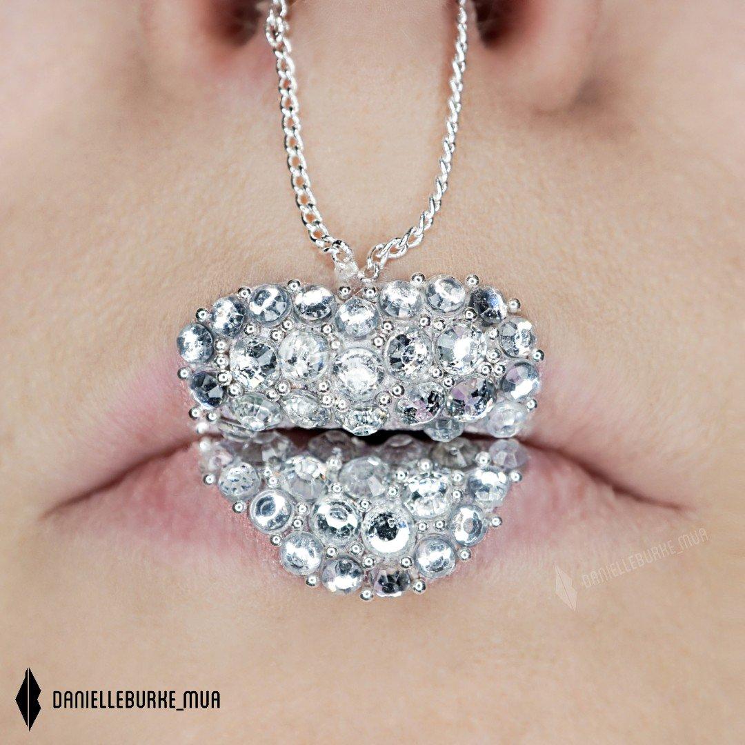 #lipart #lipstick #lipartist #lipoftheday #helenecosmetics #silvernecklace #lipstickart #heartnecklace #nyxcosmetics #mua_army #makeupartistworld #makeup #anastasiabeverlyhills #lipstutorial #lipstutorials #silver #glimmerveil #nyxprofessionalmakeup #valentinesmakeup #valentines