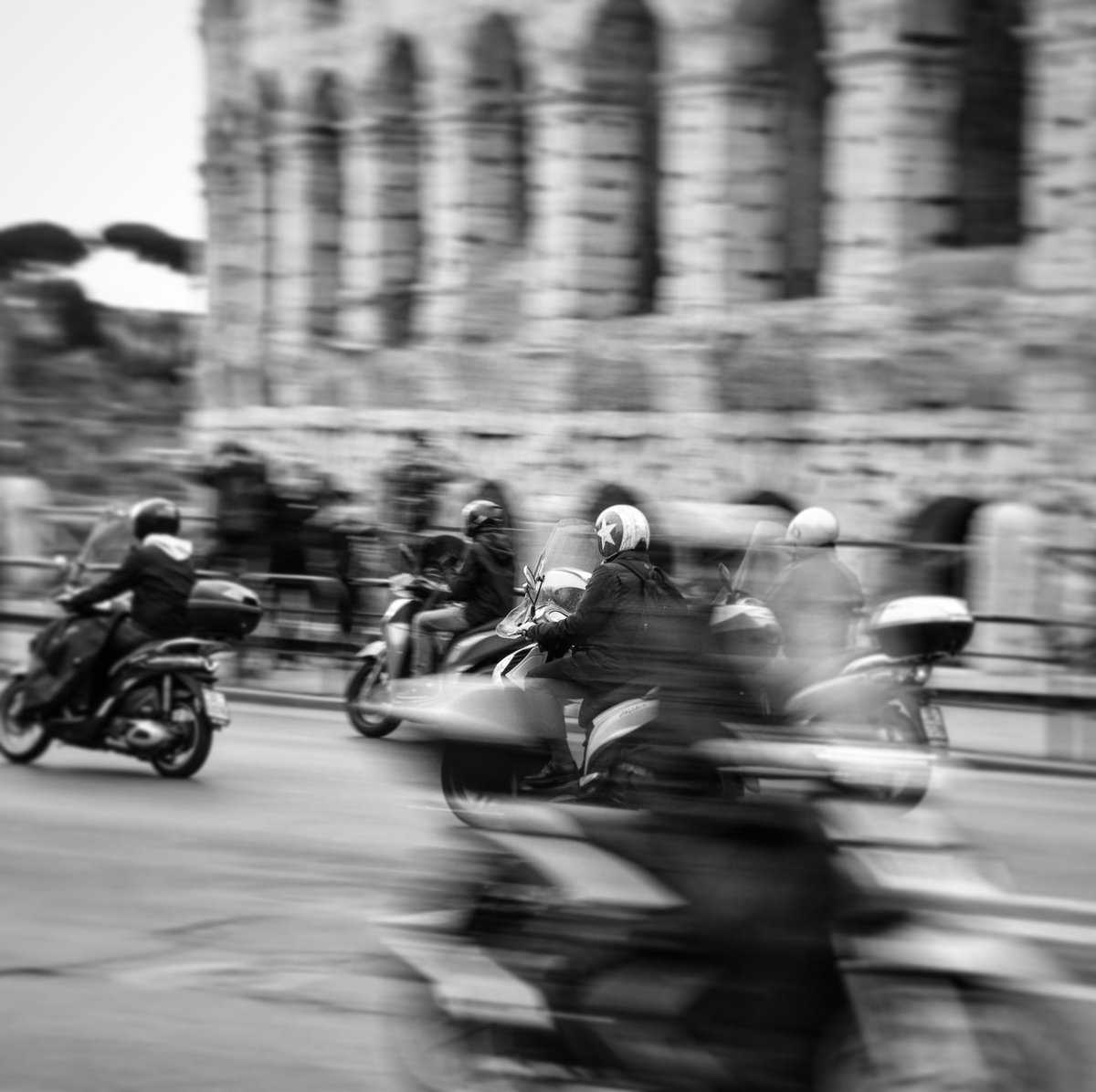 STARMAN . #streetsofrome #lifeinbw #Rome #colloseum #biancoeneroitalia  #blackandwhitephotography #streetphotography #wheninrome #marjamjars #streetshotpic.twitter.com/iLmiCCi3KO