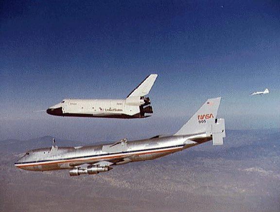 #TalDíaComoHoy hace 43 años (18/2/1977) realizaba su vuelo de prueba el primer transbordador de la NASA, el Enterprise. Su construcción sin motores ni escudo térmico le privó de volar al espacio. Sirvió para probar aproximaciones y aterrizajes tras ser lanzado desde un #Jumbopic.twitter.com/xYKo9JR7wi