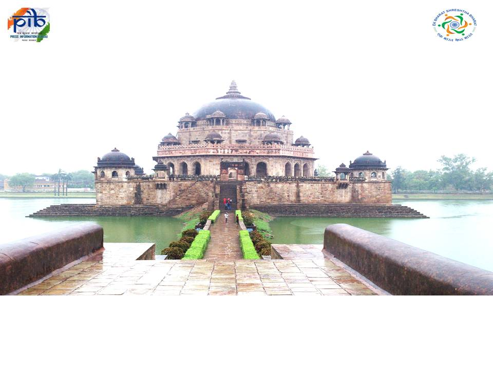 Sher Shah Suri's tomb is in #Sasaram, #Bihar. Suri had defeated Mughals and founded Suri empire in northern India. It is an example of Indo-Islamic architecture. @PIB_Patna @PIBAgartala @PIB_India @MIB_India @airnewsalerts @DDNewslive @airnews_aizawl @dipr_mizoram @EBSB_MHRD