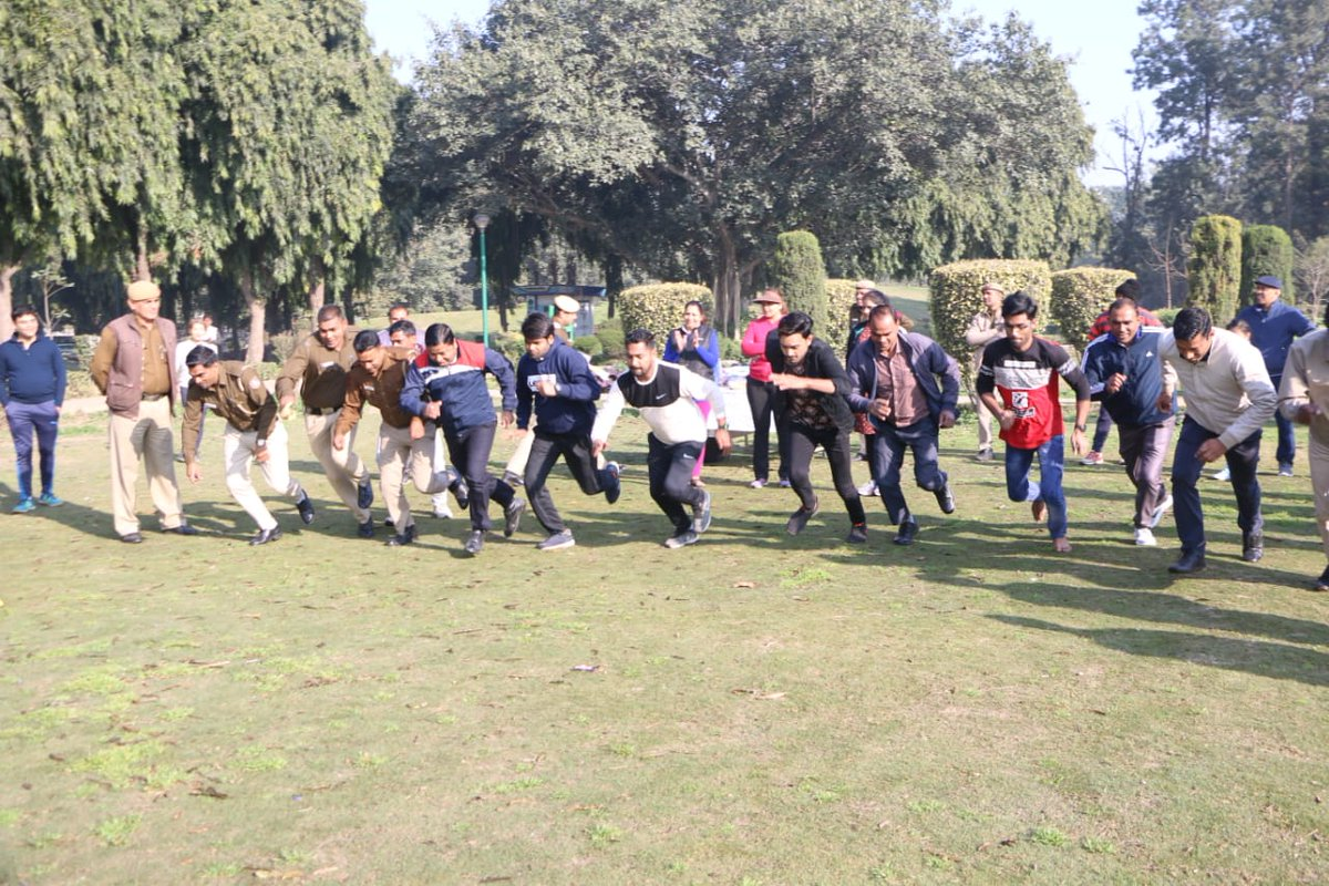 A walking cum jogging competition was organised amongst the morning walkers including senior citizens at Nehru park, Chankyapuri.ACP Chankyapuri Pragya Anand,SHO  Chankyapuri Ugesh Kumar and Police staff also held an interactive session with them.#DelhiPoliceWeek@CPDelhi