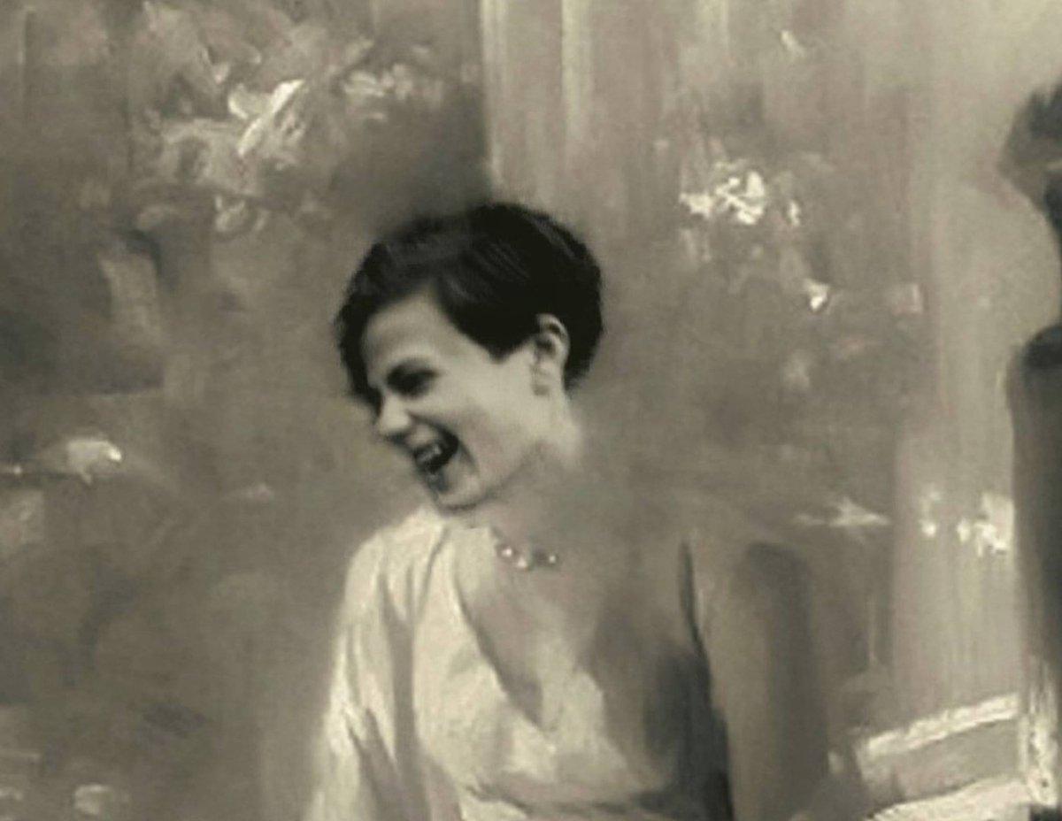 IL VOLO DI SOPHIE. 77 anni fa come oggi.  #18febbraio 1943, il sole dopo la neve. All'#Università di #Monaco. Faccio volare i volantini della #WeisseRose, #RosaBianca. Quattro giorni dopo ci condannano a morte per alto tradimento.  Ah, il mio nome è #SophieScholl  (Avevo 21 anni) pic.twitter.com/Gawd6cD5Pk