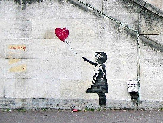 """El #Cuadro del día: """"Niña con globo"""" de Banksy (1973-?), artista inglés.  Banksy realiza piezassatíricassobrepolítica,cultura pop,moralidad, combina la escritura con grafitis,estarcidos yplantillas.  El mural de """"Niña con globo"""" lo podemos admirar en Shoreditch(UK) pic.twitter.com/ebMMoQTvwC"""