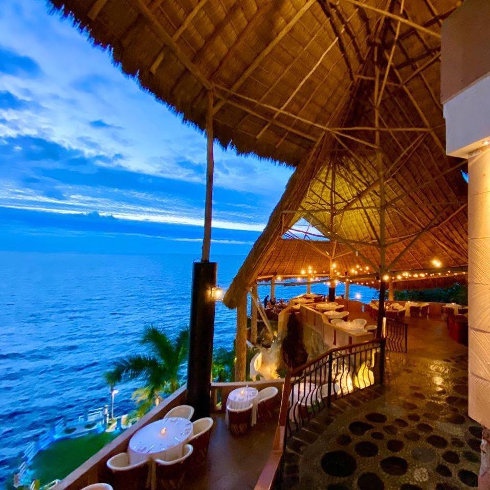 Cada día un cielo diferente y tonos de color del océano pero la misma belleza. Disfruta de la vista!Reserva Tel. 322 228 0300WhatsApp --> http://bit.ly/lekliffwhatsappOpentable -- > http://bit.ly/LeKliffReservehttp://www.lekliff.com#puertoVallarta #Mexico #vista #sunset #oceanview