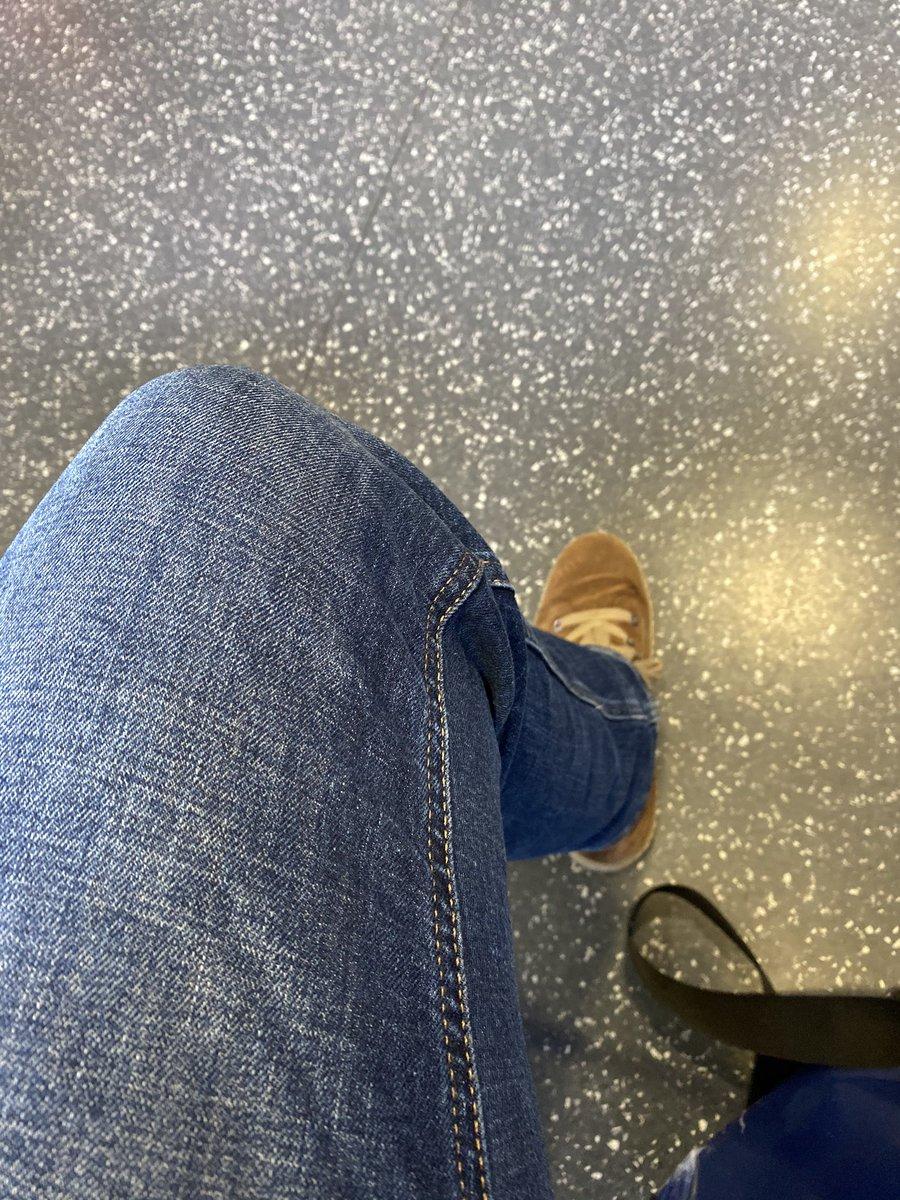 Habe das schmerzende Knie zum Arzt gebracht. Ohne Termin. Natürlich dauert es... #Wartezimmerpic.twitter.com/5Jjvwl7riw