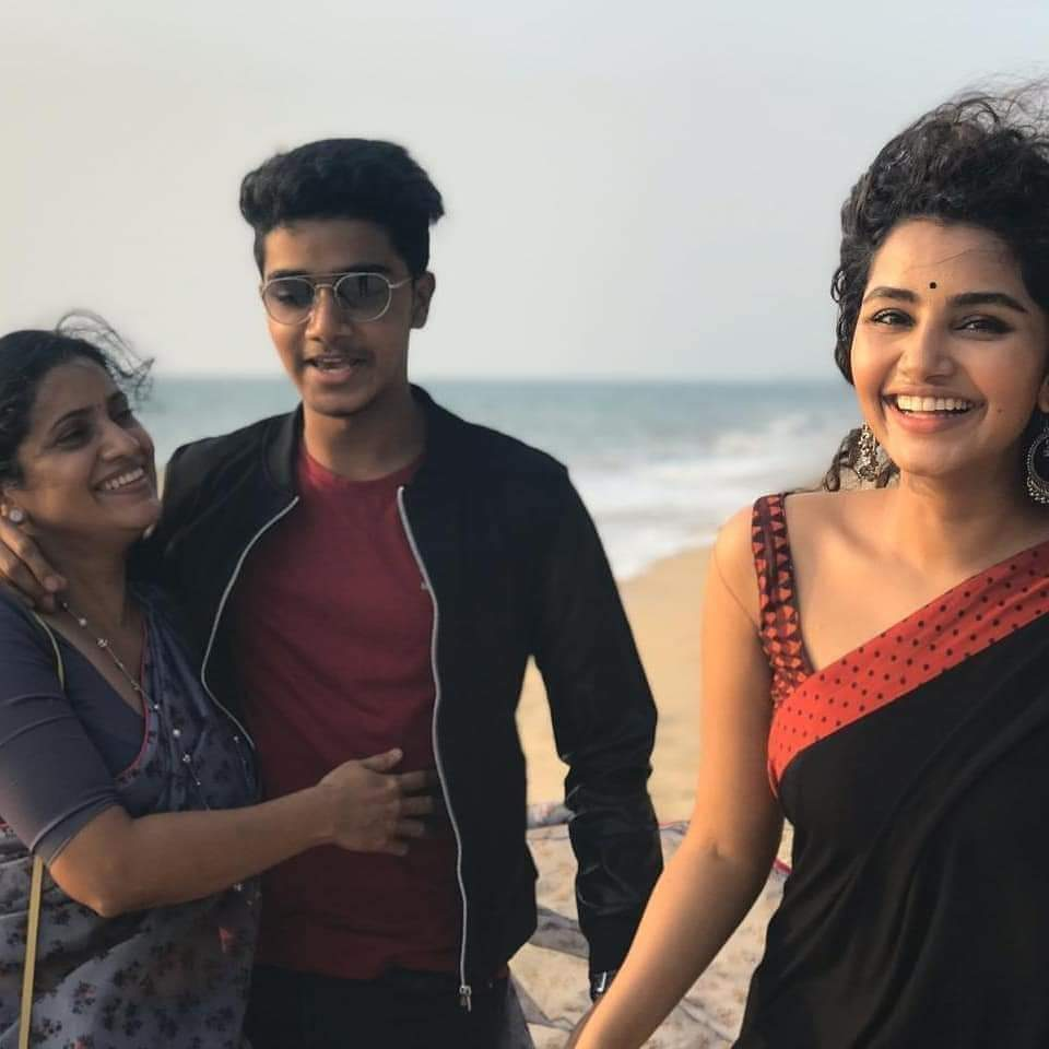 #HappyBirthdayAnupama @anupamahere  Amma ,thamudu ,akka  Picture of the day  Njyed  sis Many more happy returns of the day . Waiting for @urstrulyMahesh Comb movie . All the best for ur carrier .pic.twitter.com/E7NFWq3WKn