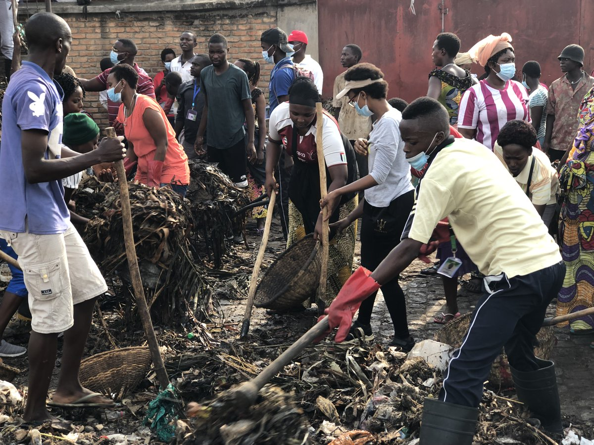 Recently our teams in #Burundi participated in a cleanup campaign at Cotebu market, Bujumbura.   The campaign was organized by SAYANGANA Association an initiative created by @HigherLifeFDN to clean the city of Bujumbura.   Let us keep our communities clean. It starts with us. pic.twitter.com/mVMgSOs8MW