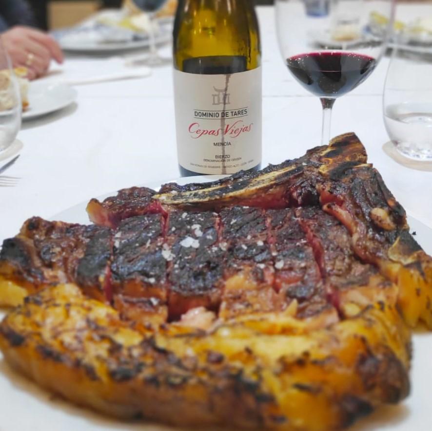 ¿Dónde comer en #Vigo un excelente #chuletón 🥩? Eso sí con nuestro #vino 🍷#CepasViejas en el #AsadorSoriano 🔝 #winelover #foodie #gourmet @DOBierzo #gastrogalicia