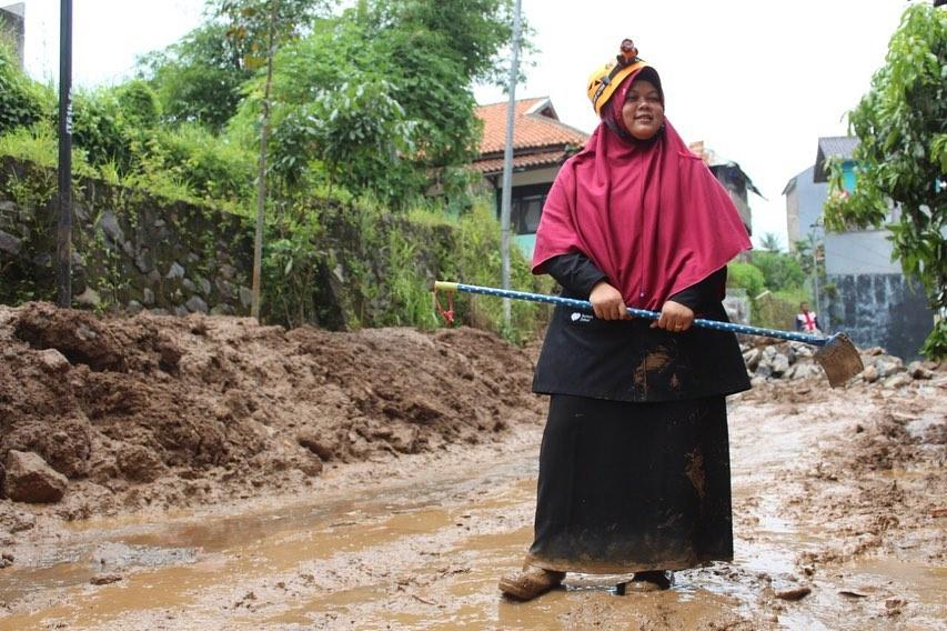 """""""#KebahagiaanIndonesia #DimulaiDariKita """"Ketika kita menolong orang lain, sesungguhnya kita sedang menolong diri kita sendiri"""""""".  Begitulah ungkapan dari Teh Nur Latifah, mojang asal Bandung yang saat ini aktif sebagai Koordinator Relawan Nusantara Cab. Bandung."""" pic.twitter.com/IMgYXwF2iM"""