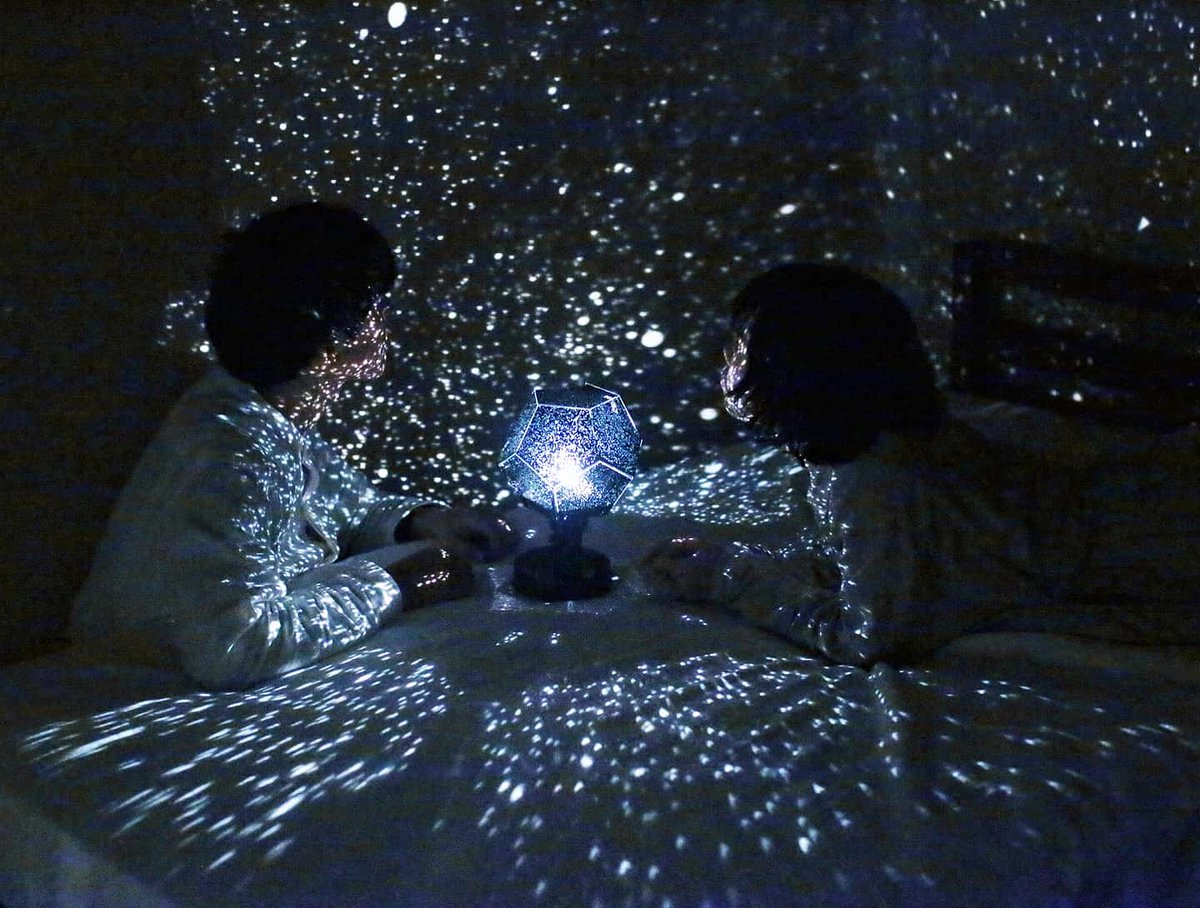 手作りのプラネタリウム。一緒に作って部屋を真っ暗にしてせーのでつけた。
