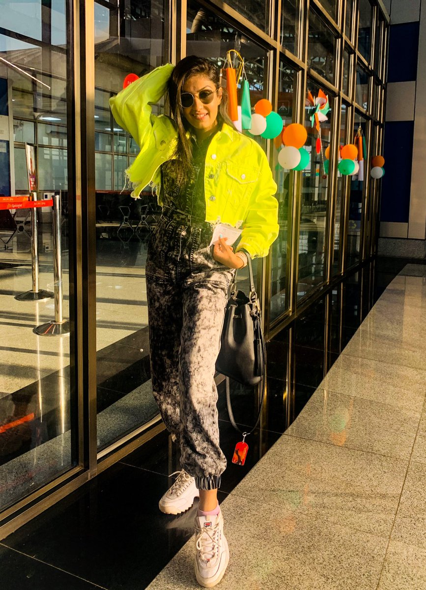 Neon is the New Black 🔫🖤 . . #instagood #instapicture #neon #neongreen #swag #swagger #love #me #gogirl #rj